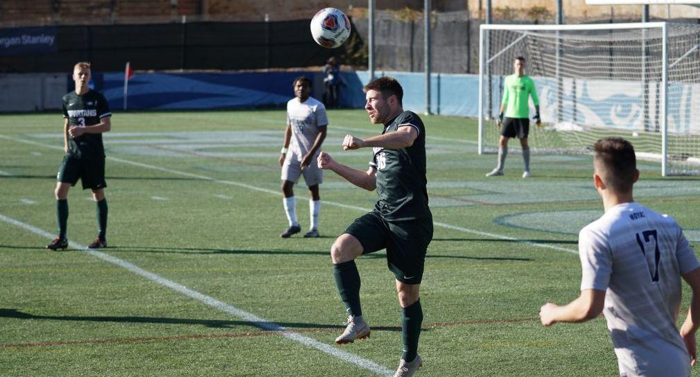 Ein Fußballer macht einen Kopfball.