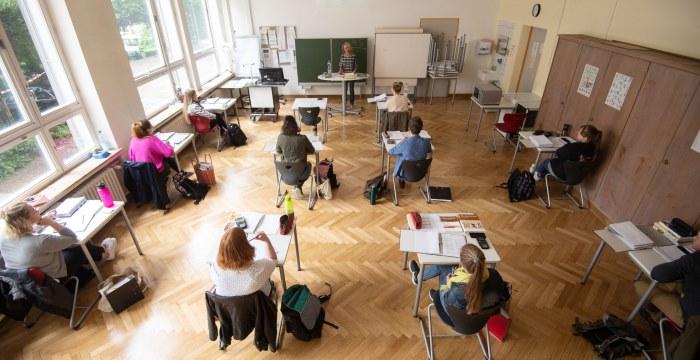 In einem Klasssenzimmer sitzen die Schüler mit besonders viel Abstand.